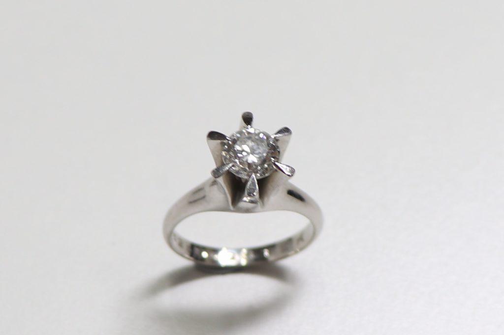 デザインが古くなってしまったダイヤのリングを買い取っていただきました。